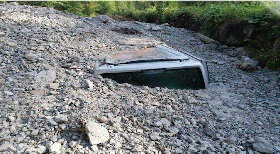 Eine Geröll-Lawine begrub den VW-Transporter unter sich.