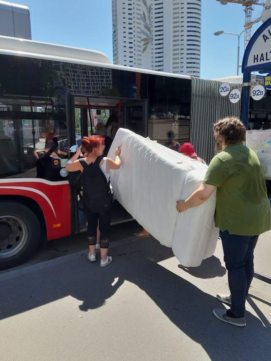 Das Paar transportiere gleich zwei Matratzen mit dem Bus.