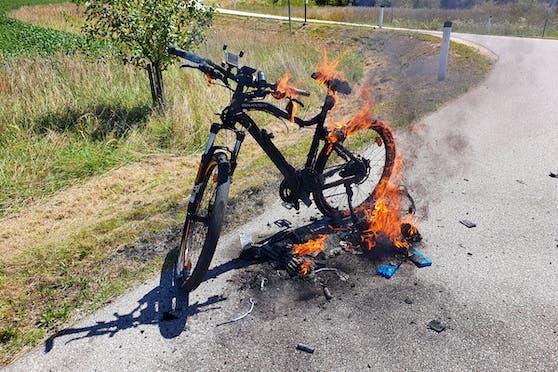 In Enns fing ein E-Bike während der Fahrt Feuer.