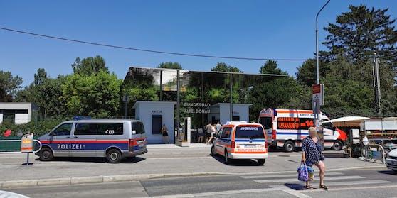 Nach einem Badeunfall an der Alten Donau musste eine Frau beatmet und ins Spital geflogen werden.