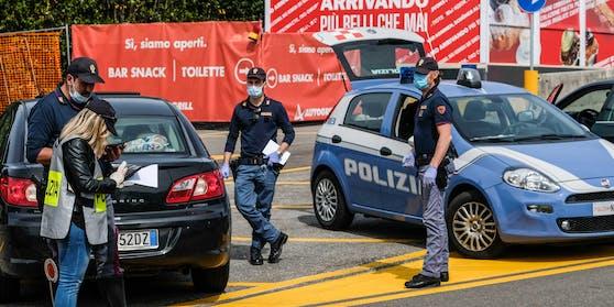 """(Symbolbild) Die Urlauber wurden wurden von der Polizei von Lignano bis zur Grenze """"eskortiert""""."""