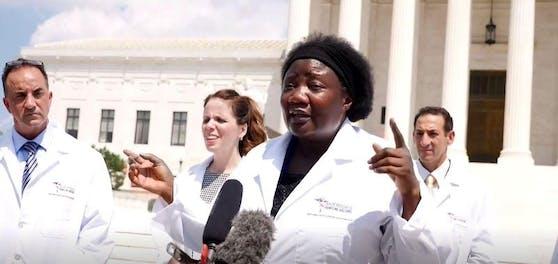 """Stella Immanuel trat mit der Gruppe """"America's Frontline Doctors"""" vor die Kamera und warb für das Malaria-Medikament Hydroxychloroquin als Heilmittel in der Corona-Pandemie."""