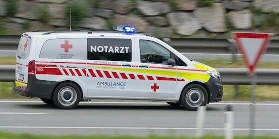 Ein 19-jähriger stürzte von einem Hausdach und zog sich dabei schwere Verletzungen zu (Symbolbild).