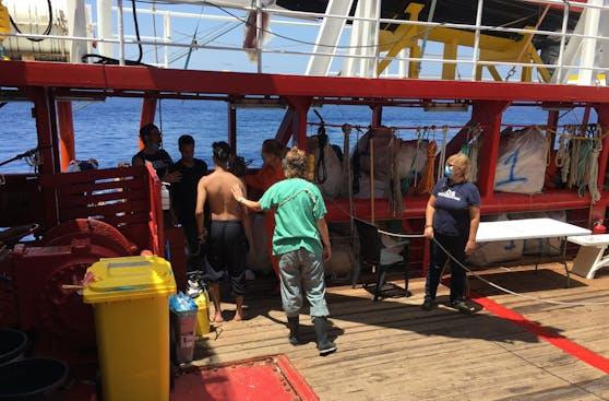 Am 2. Juli konnten zwei Menschen aus dem Wasser geborgen werden, nachdem sie über Bord gegangen waren.