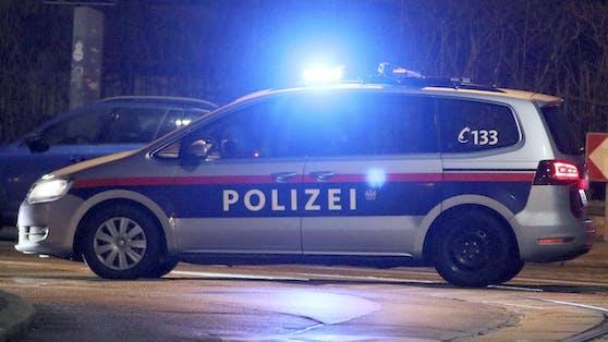 Bei der Anhaltung weigerte sich der Mann, das Fahrzeug zu verlassen und musste mit Körperkraft aus dem PKW gezogen werden (Symbolbild).