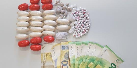 Die Beamten konnten die Drogen und das Bargeld sicherstellen.