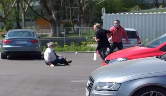 Nach der Attacke sucht die Polizei nach diesem Pärchen.