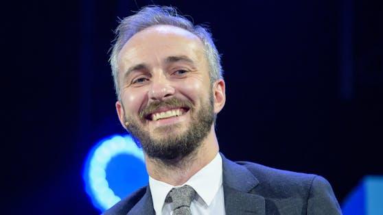 Moderator und Satiriker Jan Böhmermann legt sich mit seinem neuen Song mit einer Gruppe von Corona-Leugner an.