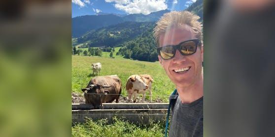 Selfie mit Kühen  – Florian Danner wandert gerade für Puls4.