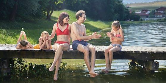 Mit der Familie im Sommer in Innsbruck unterwegs: Eine ganze Reihe von Badeseen und Freibädern bietet die Region.