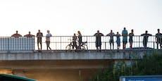 Darum schauen hier Dutzende Schaulustige von Brücke