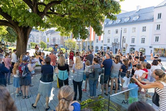 Vor dem Linzer Landhaus protestierten am Montag Eltern gegen die Schulschließungen.