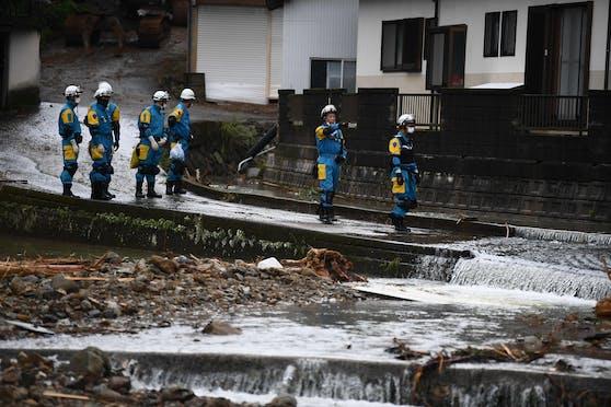 Einsatzkräfte suchen nach einem Murenabgang in der Gemeinde Tsunagi, Präfektur Kumamoto, nach Vermissten (7. Juli 2020)