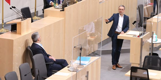 Ex-Innenminister Kickl (FPÖ, re.) attackierte seinen Nach-Nach-Nachfolger Nehammer (ÖVP, li. sitzend) heftig.