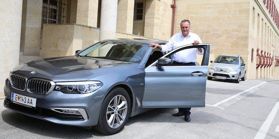 Hans Peter Doskozil mit seinem Dienst-BMW
