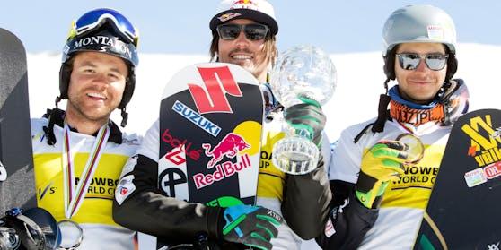 Österreichs Snowboard-Star Markus Schairer links neben Weltmeister Alex Pullin beim Weltcupfinale 2013. Rechts Omar Visintin.