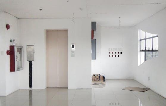 Eine Rückverfolgung der Infektionskette in einem Wohnhaus in den USA ergab, dass eine Frau über den kurzen Aufenthalt im Aufzug 70 andere Bewohner angesteckt hat.