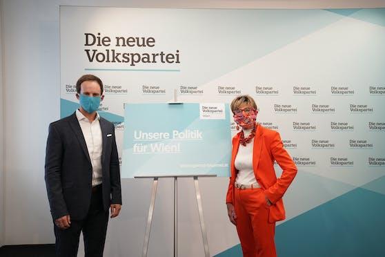 Die ÖVP Wien will die Rückkehr der automatischen Türöffnung und eine strengere Kontrolle der Maskenpflicht in den Wiener Öffis. Stadtrat Markus Wölbitsch und Gesundheitssprecherin Ingrid Korosec gingen selbst mit gutem Beispiel voran.