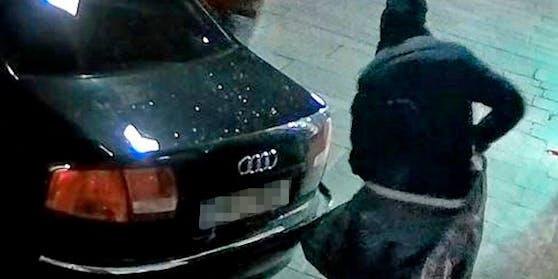 Die Einbrecher fuhren mit einem schwarzen Audi A6, an dessen Kofferraum eine Holzramme montiert war, rückwärts gegen die Auslagenscheibe beziehungsweise Türe des Geschäftes.