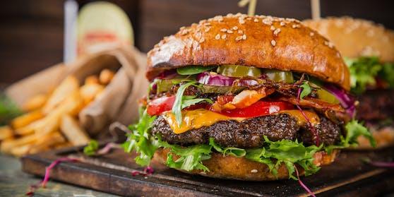Eine infizierte Person hat am Montag ein Burgerlokal in Salzburg besucht.