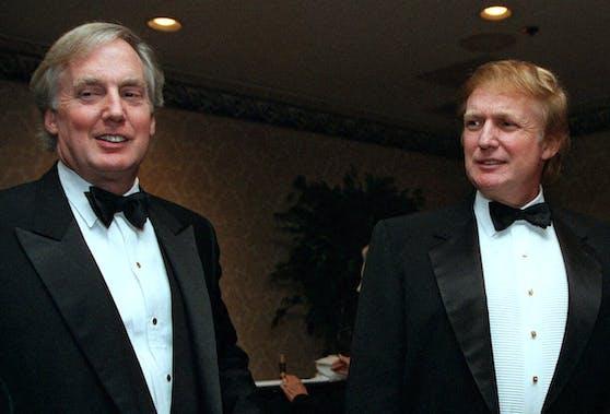 Donald Trump (r.) und sein jüngerer Bruder Robert bei einem Event in New York. Archivbild, 3. November 1999