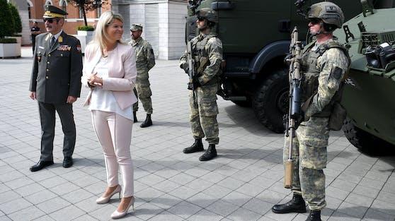 Verteidigungsministerin Klaudia Tanner mit Soldaten des Bundesheeres.