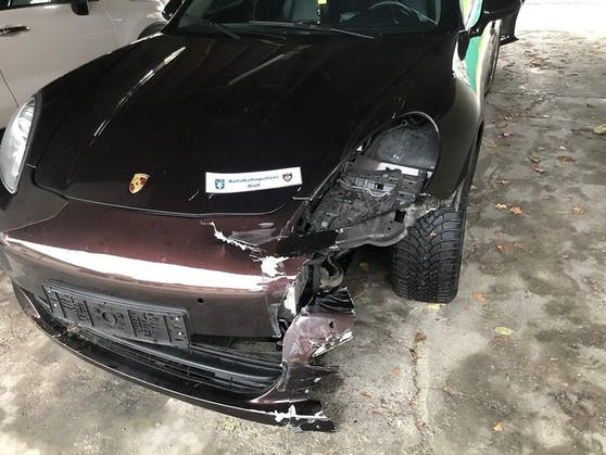 Der Porsche wurde bei den Unfällen schwer beschädigt (15. November 2019)
