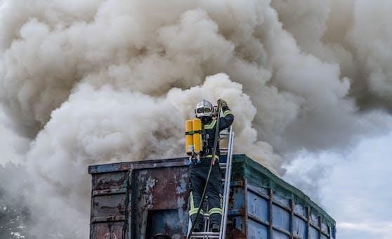 Ein brennender Lkw. Symbolbild.