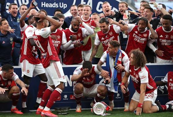 Pierre-Emerick Aubameyang hat den FA-Pokal fallen lassen.