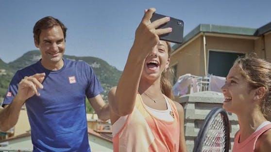 Roger Federer überrascht zwei italienische Mädchen.