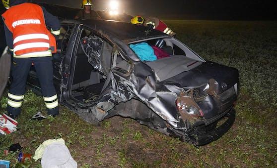 Schwerer Unfall auf der B1 bei Erlauf: Einsatzkräfte am Unfallort.
