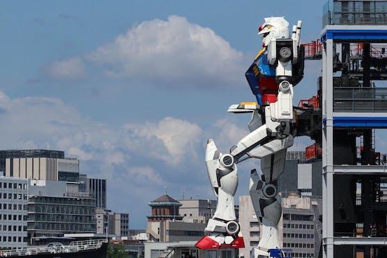 Der 18 Meter hohe Nachbau des Original Gundam RX-78 macht seinen ersten Schritt.