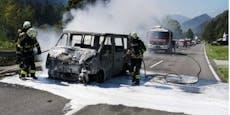 Bus fing nach Unfall Feuer, brannte aus