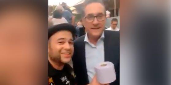 """Klopapier als """"Geschenk"""" für HC Strache"""