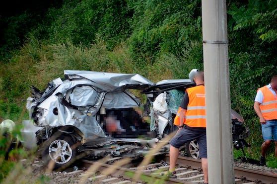 Bei der Kollision eines Zugs der Raaberbahn mit einem Pkw wurden zwei Menschen getötet (11. August 2020)