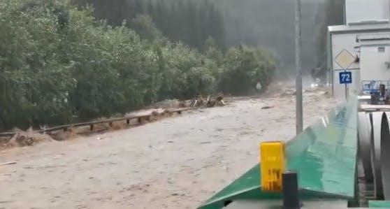 In Ratten stand die komplette Straße unter Wasser.