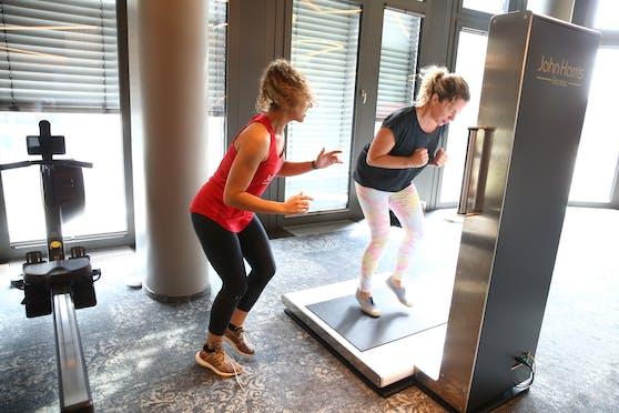 """So alt bin ich wirklich: """"Heute""""-Redakteurin Sandra Kartik testet den neuen FitQuest mit Trainerin Sophie."""