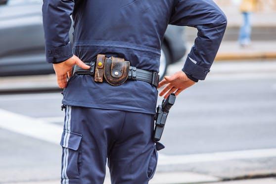 Ein Polizist wurde von dem Motorradfahrer angefahren und verletzt.