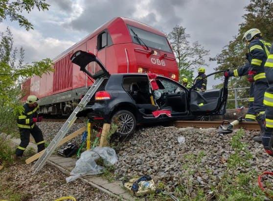 Schwerer Unfall: Das Auto von Nadine und der Zug