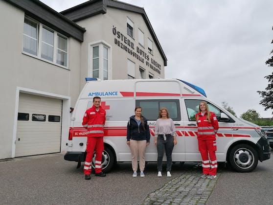 Fabian, Tanja, Nadine und Juliane (v. l.) vor dem Rettungswagen, der damals als erstes Rettungsmittel am Einsatzort eintraf.