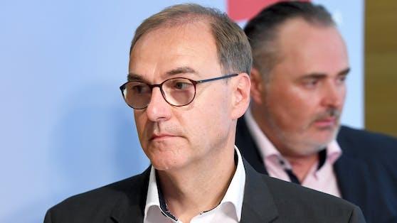 Der neue SPÖ-Landesrat Leonhard Schneemann, im Hintergrund Landeshauptmann Doskozil.