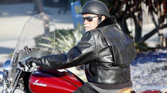Arnold Schwarzenegger düst mit seiner Harley zu seiner neugeborenen Enkelin Lyla.