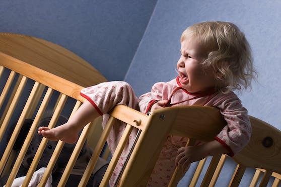 Wenn Kinder abends nicht einschlafen wollen, kann das mehrere Ursachen haben.