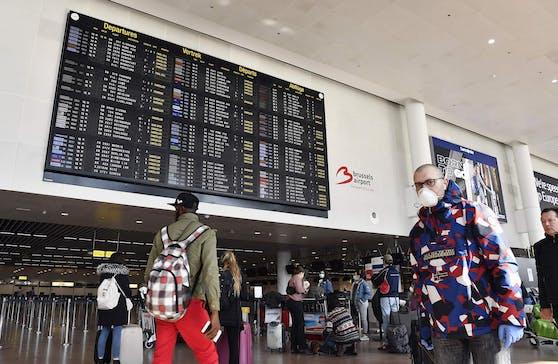 Reisende zu Corona-Zeiten am Brüsseler Flughafen.