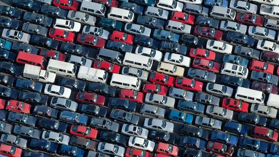 Gebrauchtwagen auf einem riesigen Parkplatz. Symbolbil