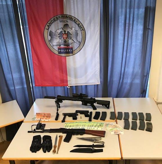 Bei den sechs Festgenommenen wurden Mobiltelefone, diverse Gas- und Schreckschusswaffen sowie 5.000 Euro in Bargeld sichergestellt (Archivfoto der Polizei-Razzia gegen Sittenwächter - datiert vom 10.09.2020)