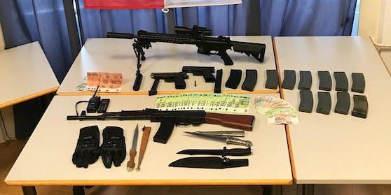 Bei den sechs Festgenommenen wurden Mobiltelefone, diverse Gas- und Schreckschusswaffen sowie 5.000 Euro in Bargeld sichergestellt