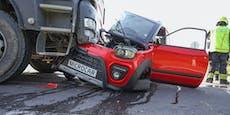 Moped-Auto wird bei Unfall von Lkw regelrecht halbiert