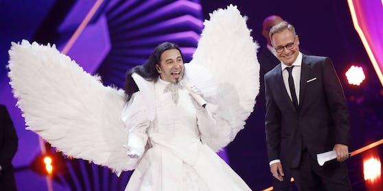 """Geglückte Demaskierung: Komiker Bülent Ceylan versteckte sich 2019 hinter dem Weißen Engel und wird im kommenden Herbst in die """"Masked Singer""""-Jury flattern."""