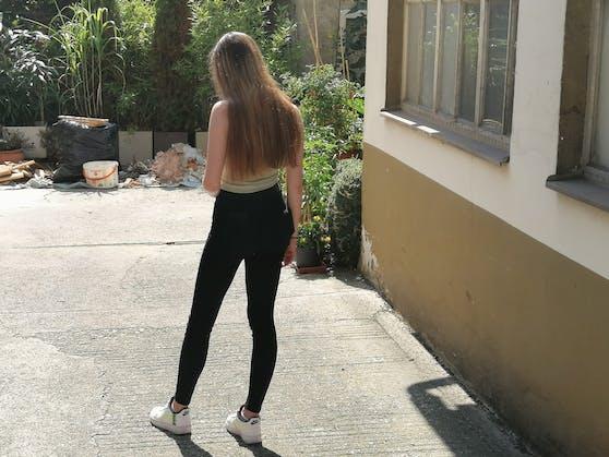 """Die 16-jährige """"Stefanie"""" wurde in der Nacht auf Donnerstag von einem Unbekannten zu Boden gestoßen und gewürgt."""